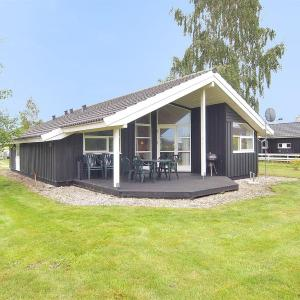 Hotel Pictures: Middelfart Holiday Home 657, Kustrup