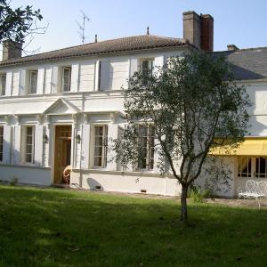 Hotel Pictures: Gite du Domaine les Massiots, Lamothe-Landerron