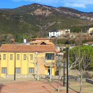 Hotel Pictures: Apartamentos 'La Escueleta', Nueno