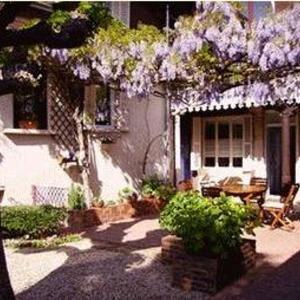 Hotel Pictures: Les Charmilles, Saint-Jean-de-Losne