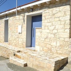 Hotel Pictures: Apesia Village Traditional Stone House, Apesha