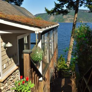 Hotel Pictures: Baywatch Oceanfront Guesthouse, Duncan