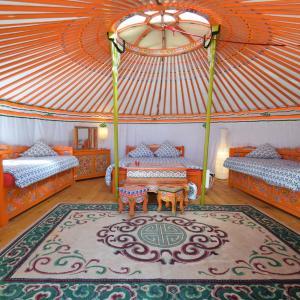 Hotel Pictures: Yourte Nomade-Lodge, La Chapelle-Gauthier