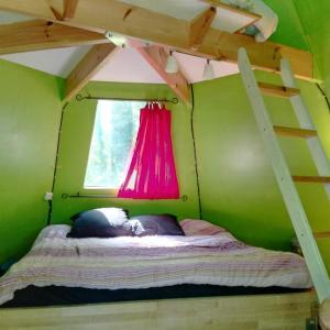 Hotel Pictures: Canadian Wood Tipi Chalet, Noisy-sur-École