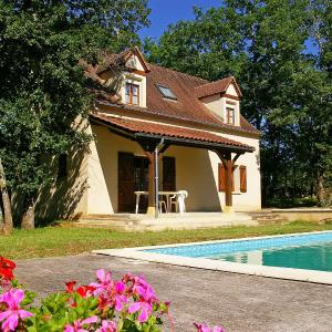 Hotel Pictures: Holiday Home Les Chenes, Salviac