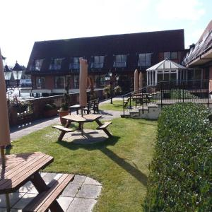 Hotel Pictures: Lakeside International Hotel, Camberley