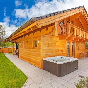Hotel Pictures: Bayern Chalets, Ainring
