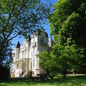 Hotel Pictures: Appartement au Château Bouvet Ladubay, Saint-Hilaire-Saint-Florent