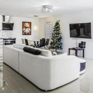 Hotel Pictures: Luxury Condo in Laval, Chomedey