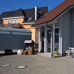 Hotelbilleder: Ferienwohnung Schmidt / Strandkorb, Neuried