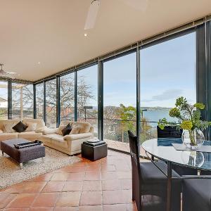 Hotellbilder: Kylakin on the Derwent River- Rejuvenate Stays, Sandy Bay