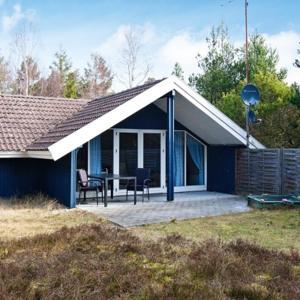 Hotel Pictures: Holiday Home Sortpoppelvej, Bøtø By