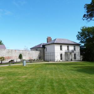 Hotel Pictures: Cardigan Castle - East Wing, Cardigan