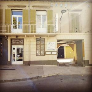 Hotel Pictures: Hôtel Du Cours, Pertuis
