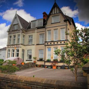 Hotel Pictures: Tree Tops Guest House, Neath