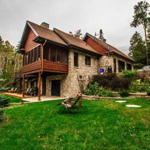 Hotel Pictures: La Maison du Lac Bernard, Low