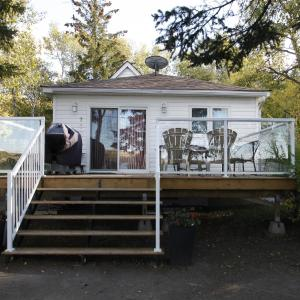 Hotel Pictures: Lakefront Cottage in Manitou Beach, Manitou Beach