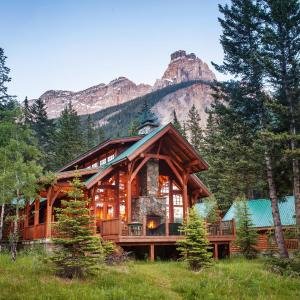 Hotel Pictures: Cathedral Mountain Lodge, Field