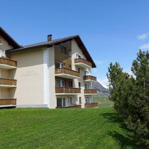 Hotel Pictures: Apartment Chesa Champagna B, Zuoz