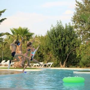 Hotel Pictures: Camping Le Dolium, Laudun