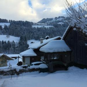 Hotel Pictures: 200 Year Old Swiss House, Erlenbach im Simmental