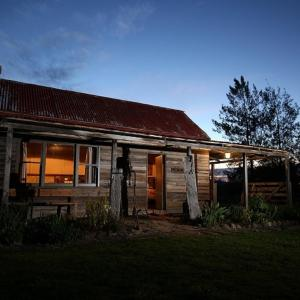Hotel Pictures: Historic Pioneers Hut, Booroolite