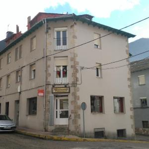 Hotel Pictures: Alojamientos turísticos VUT-LE-043, Villablino