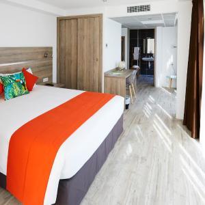 Hotel Pictures: Appart' Hotel La Girafe Marseille, La Penne-sur-Huveaune