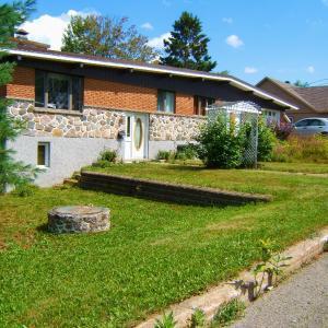 Hotel Pictures: Beautiful Lake House, Sainte-Agathe-des-Monts