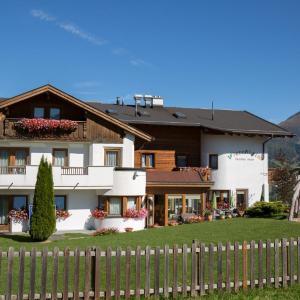 Фотографии отеля: Familienhotel Wiesenheim, Фис