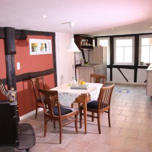 Hotel Pictures: Gemütliche Gästezimmer in einem neu sanierten Fachwerkhaus, Sachsenheim