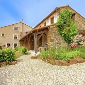 Hotel Pictures: Domaine De Bellac 16P, Roussines