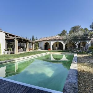 Hotel Pictures: Contemporary Provencal Country House, Lambesc