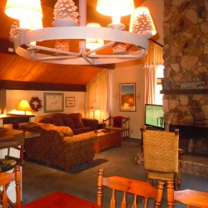 Hotel Pictures: Three-Bedroom Deluxe Unit #85 by Escape For All Seasons, Big Bear Lake