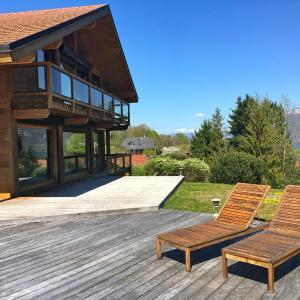 Hotel Pictures: Spacieuse Maison en bois avec piscine, Saint-Jorioz