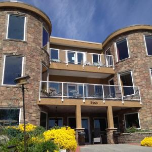 Hotel Pictures: Beach Ave Castle Inn--Lakefront Luxury, Peachland