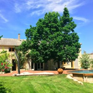 Hotel Pictures: Renovated farmhouse in Aix en provence., Coudoux