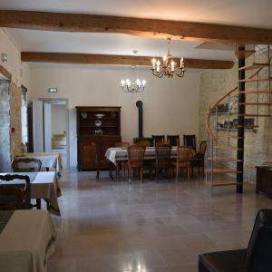 Hotel Pictures: Domaine des Douves, Ancy-le-Franc