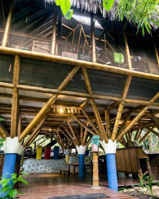 Universo Pol Bamboo Hostel