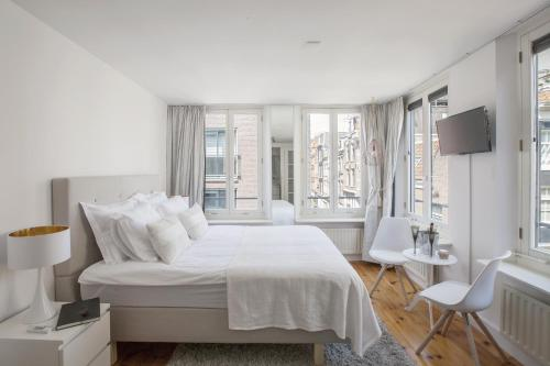 Jordaan Suite bed and bubbles