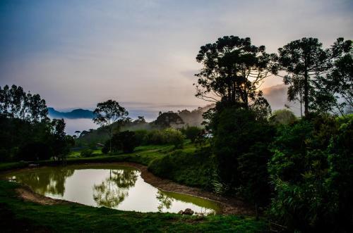 Resultado de imagem para Paisagem com lagoa no meio rural