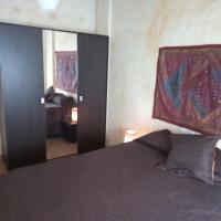 Dormitorio con baño, salon y terraza independiente